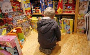 Un enfant dans un rayon de jouets.