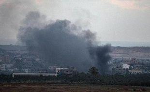 De la fumée s'élève de bâtiments touchés par une frappe aérienne israélienne dans la bande de Gaza le 17 juillet 2014