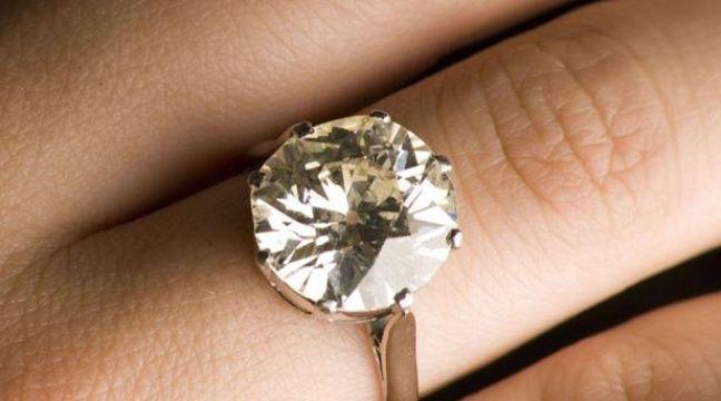 Il vend accidentellement la bague de mariage en diamants de sa femme pour 10 dollars dans un vide grenier
