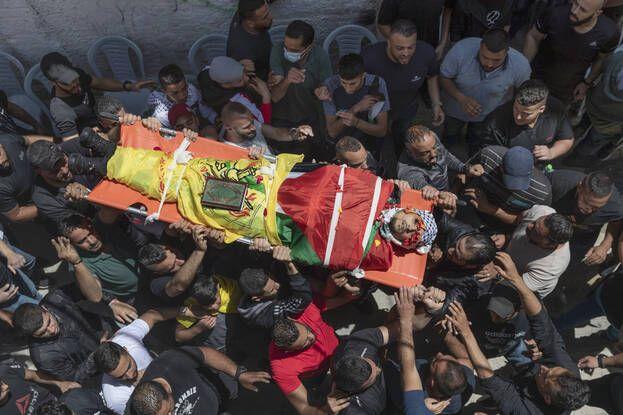 648x415 palestiniens deuil portent corps ahmed jamil fahed tue forces israeliennes camp refugies al amari cisjordanie ramallah mardi 25 mai 2021