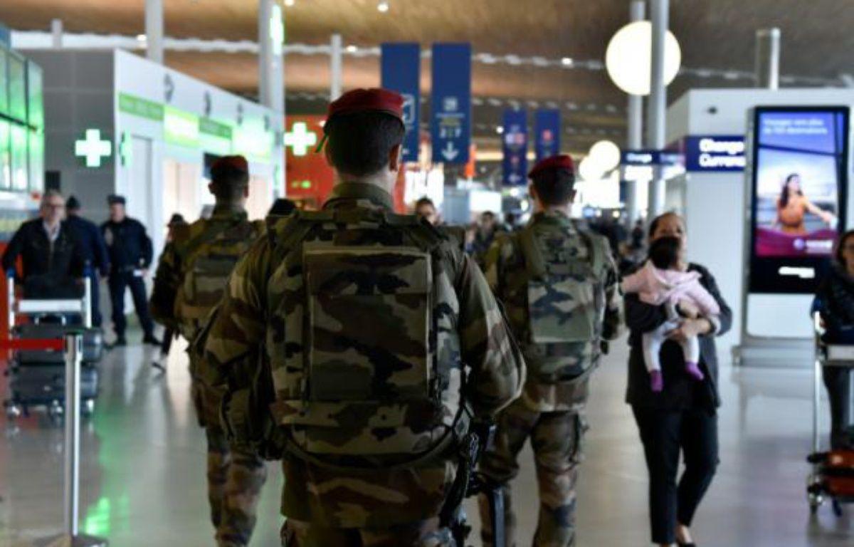 Militaires français en patrouille le 23 mars 2016 à l'aéroport Charles de Gaulle à Roissy – ALAIN JOCARD AFP