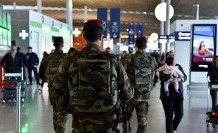 Militaires français en patrouille le 23 mars 2016 à l'aéroport Charles de Gaulle à Roissy