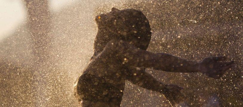 Une femme sous un jet d'eau à Rio de Janeiro, au Brésil en 2011.