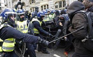 La police et des manifestants, près de la Bank of England, le 1er avril 2009, à Londres.