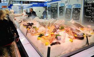 Un vendeur de poisson sur un marché de Lille le 18 août 2013