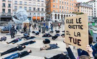 Le collectif de Lyon de collage contre les féminicides prévoit une action choc samedi 9 novembre place Bellecour.