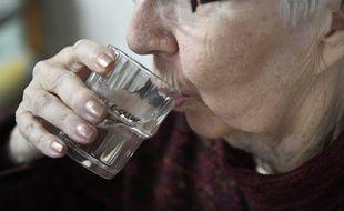 Les personnes âgées sont aidées à domicile par leur famille et des professionnels.