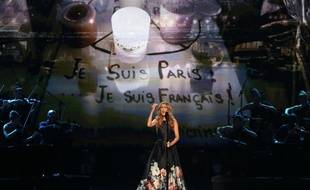Céline Dion chante «L'Hymne à l'amour» en hommage aux victimes des attentats de Paris, sur la scène des American Music Awards, à Los Angeles, le 22 novembre 2015.