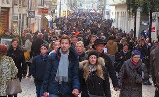 La foule de piétons dans les rues du centre-ville de Nantes avant Noël 2014.