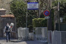 Des fleurs en série sont apportées au commissariat de Rambouillet, au lendemain de l'attaque terroriste qui a coûté la vie à une policière.