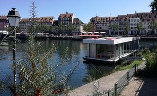 Le bateau flottant de Boathome est arrivé, par l'eau, samedi à Strasbourg.