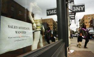 Un magasin de New York affiche une annonce de recrutement sur sa vitrine, le 2 octobre 2014