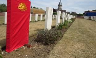 Une des tombes d'un soldat australien identifié, dévoilée le 19 juillet 2019, au cimetière militaire de Fromelles, dans le Nord.
