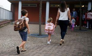 Cartables et sacs à dos des enfants peuvent vite représenter un poids un peu lourds sur leurs épaules et leur causer des maux de dos.