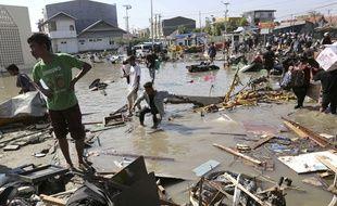 Des survivants après le tremblement de terre et le tsunami à Palu, en Indonésie.
