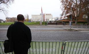 Devant le Conseil de l'Europe, dans la zone réservée au public