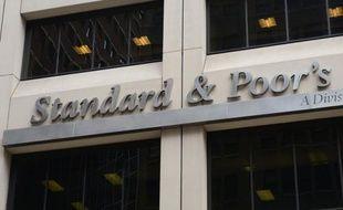 L'agence d'évaluation financière Standard and Poor's (SP) a annoncé jeudi qu'elle envisageait de priver le Royaume-Uni de son triple A, la meilleure note possible qui constitue un précieux sésame sur les marchés.