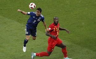 Le défenseur japonais Gen Shoji devance l'attaquant belge Romelu Lukaku lors du huitième de finale de Coupe du monde à Rostov-sur-le-Don, en Russie, le 2 juillet 2018.