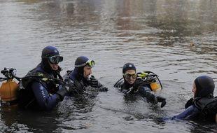 Illustration. Pompiers et gendarmes à la recherche d'un corps dans l'ILL à Strasbourg. le 13 10 2008