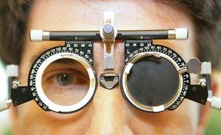 Examen ophtalmologique d'un patient a l'hopital