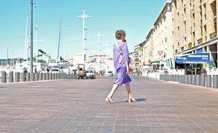 Un piéton sur le quai du Port, à Marseille