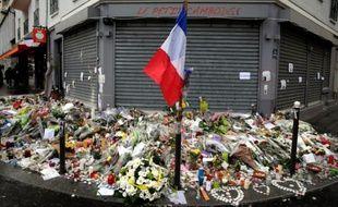 """Drapeau tricolore, fleurs et bougies devant le restaurant """"Le petit Cambodge"""" le 17 novembre à Paris"""