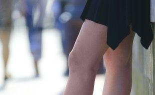 Une jeune femme en jupe.