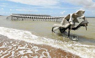 Le serpent de mer de l'artiste chinois Huang Yong Ping