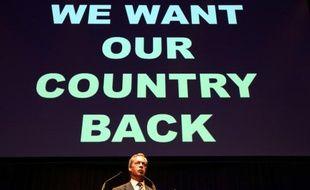 """Le chef de l'UKIP Nigel Farage, partisan du Brexit, devant le slogan """"Nous voulons reprendre notre pays"""", à Gateshead le 20 juin 2016"""