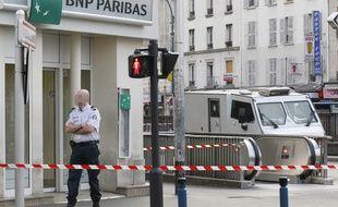 Illustration d'un fourgon stationné devant un agence BNP Paribas.