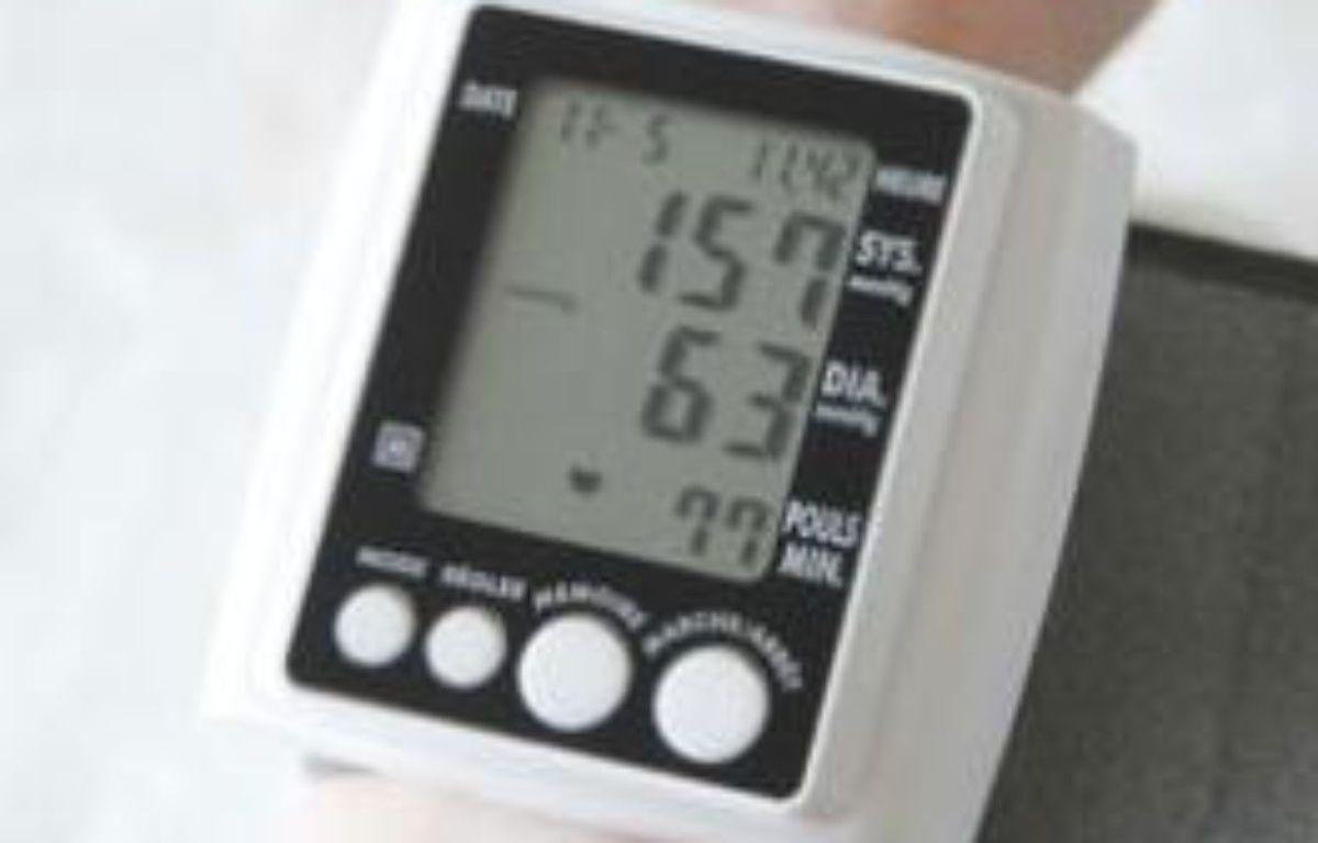 Un bracelet tensiomètre. – JAUBERT/SIPA