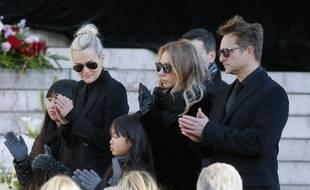 Laeticia Hallyday, le jour de l'enterrement de Johnny, avec ses filles Jade et Joy et les premiers enfants de son mari, Laura et David.