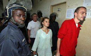 Emilie Lelouch and Eric Breteau (à d.)à la sortie de leur troisième jour de procès, le 24 décembre 2007 à N'Djamena au Chad