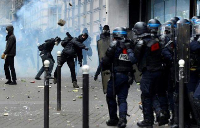 Les forces de l'ordre face à des jets de pierre lors de la manifestation contre la loi travail le 14 juin 2016 à Paris