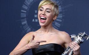 Miley Cyrus, le 24 août 2014, en Californie, pose avec son trophée remporté lors des Video Music Awards.