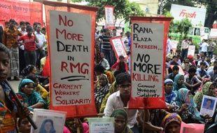 Des milliers d'ouvriers du textile au Bangladesh ont bloqué des routes et attaqué des usines en dehors de la capitale Dacca samedi, exigeant un salaire mensuel minimum équivalant à 100 dollars américains.