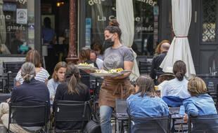 A partir du 30 aout 2021, les serveurs dans les bars, restaurants et cafés devront avoir un pass sanitaire valide pour continuer à travailler.