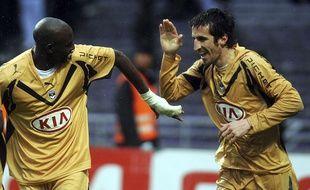 Johan Micoud (à d.) avec Alou Diarra lors de son deuxième passage aux Girondins de Bordeaux, le 20 avril 2008.