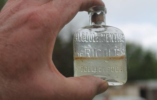 La bouteille de Ricqlès à moitié pleine. Les soldats buvaient cet alcool de menthe avant d'aller au champ de bataille.