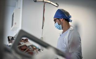 Illustration d'un soignant en réanimation à l'hôpital Pellegrin de Bordeaux.