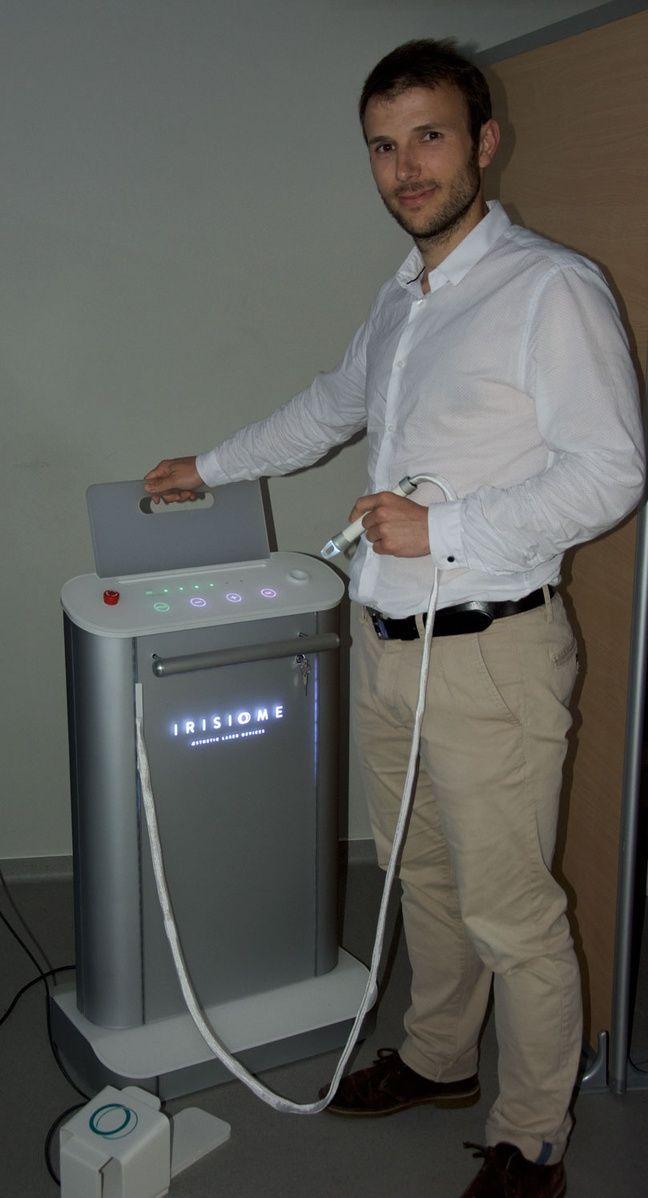 Romain Royon avec l'appareil développé par Irisiôme pour permettre le détatouage.
