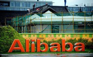 Des ouvriers réparent un bâtiment de la maison mère du groupe chinois Alibaba à Hangzhou, le 15 septembre 2014