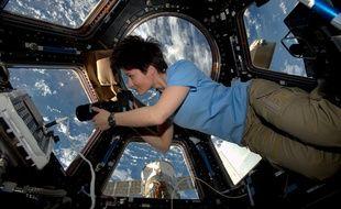 L'astronaute Samantha Cristoforetti dans la coupole de l'ISS.