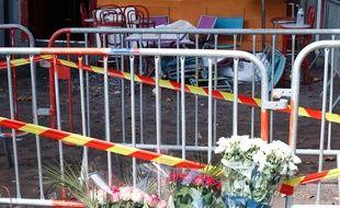 Des fleurs ont été déposées devant le bar Au Cuba Libre, à Rouen, où 13 jeunes ont péri dans un incendie, le 6 août 2016.