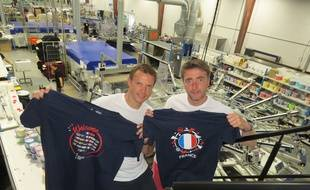 Stéphane Desseaux (à gauche) et Oliviier Vasseur, gérants de PubOS, avec des tee-shirts souvenirs de la coupe du monde de football 2019.
