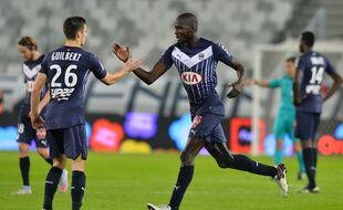 Les Girondins Guilbert et Yambéré fêtent le but de la victoire lors du match contre Guingamp, joué le 6 décembre 2015.