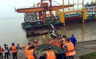 Des secouristes à la recherche de survivants aporès le naufrage d'un navire le 2 juin 2015 sur le fleuve Yangtsé