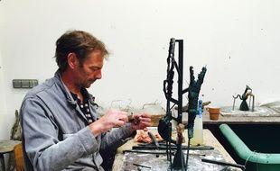 Un salarié prépare la sculpture avant de couler le bronze.
