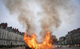 Incendie d'un dépôt de sapins de Noël usagés, cours Saint-André.