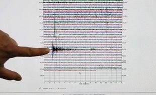 Le sismologue Anthony Guarino, du Caltech  Seismological Laboratory, met en évidence sur un relevé le pic du tremblement de terre d'Haïti dans le laboratoire de Pasadena, Californie, Etats-Unis, le 12janvier 2010.
